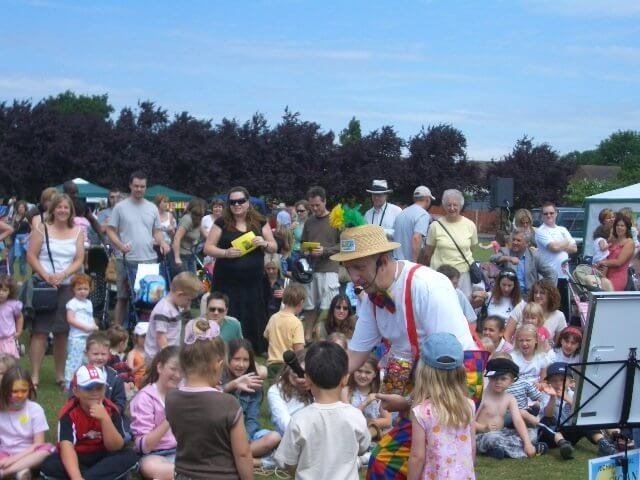 MAGIC OZ CHILDREN'S ENTERTAINER SURREY SCHOOLS EVENTS AND CLOUNTY SHOWS